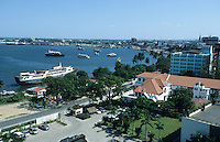 Tanzania, Dar es Salam, ship in harbour bay of Dar / Tansania Dar es Salam, Blick auf Bucht und Hafen vom Kempinski Hotel