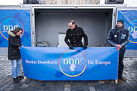 """Etwa 1.000 Menschen kamen am Sonntag den 8. Februar 2015 in Dresden zu einer Kundgebung der Pegida-Abspaltung """"Direkte Demokratie fuer Europa"""" DDfE. Angemeldet hatten die Veranstalter eine Versammlung mit 5.000 Menschen. Die Redner rechtfertigten die Abspaltung von Pegida mit politischen Differenzen, wenngleich sie indirekt dazu aufriefen sich am kommenden Tag an der Pegida-Veranstaltung zu beteiligen. In den Reden wurde sich u.a. ueber die Fluechtlingspolitik in Deutschland und ueber eine """"mangelnde Einbeziehung des Volkes"""" in politische Entscheidungen beklagt.<br /> In der Mitte: Rene Jahn, ehem. Pegida-Gruendungsmitglied und jetzt DDfE-Gruender.<br /> 8.2.2015, Dresden<br /> Copyright: Christian-Ditsch.de<br /> [Inhaltsveraendernde Manipulation des Fotos nur nach ausdruecklicher Genehmigung des Fotografen. Vereinbarungen ueber Abtretung von Persoenlichkeitsrechten/Model Release der abgebildeten Person/Personen liegen nicht vor. NO MODEL RELEASE! Nur fuer Redaktionelle Zwecke. Don't publish without copyright Christian-Ditsch.de, Veroeffentlichung nur mit Fotografennennung, sowie gegen Honorar, MwSt. und Beleg. Konto: I N G - D i B a, IBAN DE58500105175400192269, BIC INGDDEFFXXX, Kontakt: post@christian-ditsch.de<br /> Bei der Bearbeitung der Dateiinformationen darf die Urheberkennzeichnung in den EXIF- und  IPTC-Daten nicht entfernt werden, diese sind in digitalen Medien nach §95c UrhG rechtlich geschuetzt. Der Urhebervermerk wird gemaess §13 UrhG verlangt.]"""