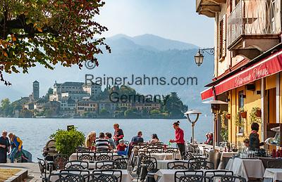 Italy, Piedmont, Orta San Giulio: lakeside restaurant with view at Isola San Giulio   Italien, Piemont, Orta San Giulio: Restaurant am See mit Blick auf die Isola San Giulio