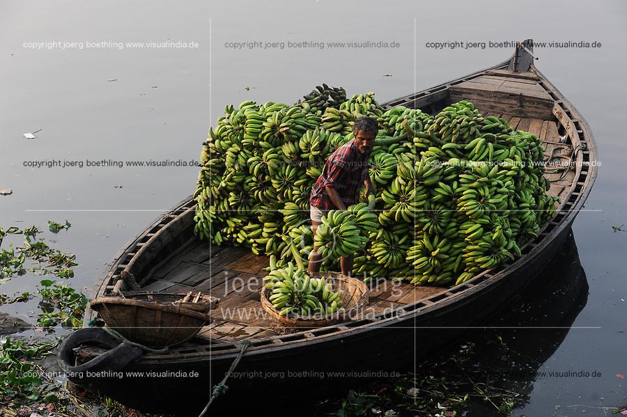 BANGLADESH Dhaka, Buriganga River, boats transport bananas / BANGLADESCH Dhaka, Boote auf dem Buriganga Fluss transportieren Bananen
