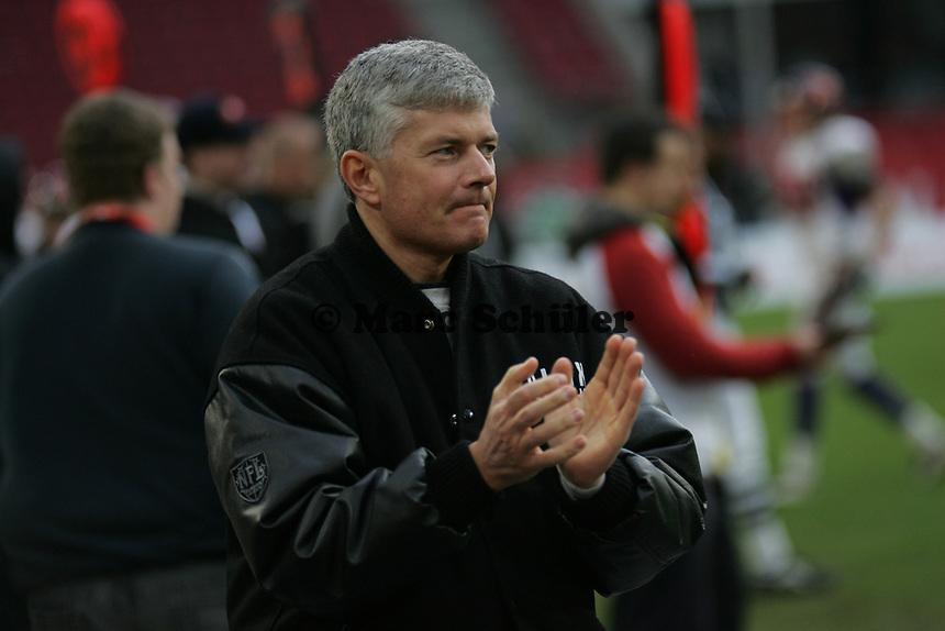 Tilman Engel (General Manager Frankfurt Galaxy) applaudiert seinem Team