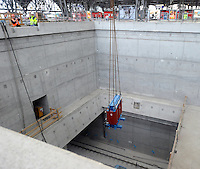 """Baustelle City-Tunnel / Citytunnel am Hauptbahnhof - Station Hauptbahnhof - Ausbau der Haltestelle - die Steinverkleidung an der Tunnelwand ist fast vollständig installiert - die Stützsäulen werden aus dem selben Material verkleidet - das erste Hinweisschild mit dem Verweis """"Ausgang zur City"""" hängt ebenfalls bereits - ebenfalls wurde mit dem Installieren von zwei 1,8 Tonnen schweren Traf-Einheiten mit der Elektrifizierung der Station begonnen - im Bild: Blick auf die verkleidete Wand in der Gleisebene . Foto: aif / Norman Rembarz..Jegliche kommerzielle wie redaktionelle Nutzung ist honorar- und mehrwertsteuerpflichtig! Persönlichkeitsrechte sind zu wahren. Es wird keine Haftung übernommen bei Verletzung von Rechten Dritter. Autoren-Nennung gem. §13 UrhGes. wird verlangt. Weitergabe an Dritte nur nach  vorheriger Absprache. Online-Nutzung ist separat kostenpflichtig.."""