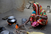 INDIA West Bengal, people prepare food in dalit village Kustora, woman cooks rice / INDIEN Westbengalen , Dalit Dorf Kustora , Frau kocht Reis