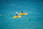 France, Provence-Alpes-Côte d'Azur, Nice: two girls canoeing | Frankreich, Provence-Alpes-Côte d'Azur, Nizza: Freizeitspass Kanu fahren