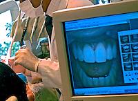 Instrumentos de consultório dentário.  Foto de Ricardo Azoury.