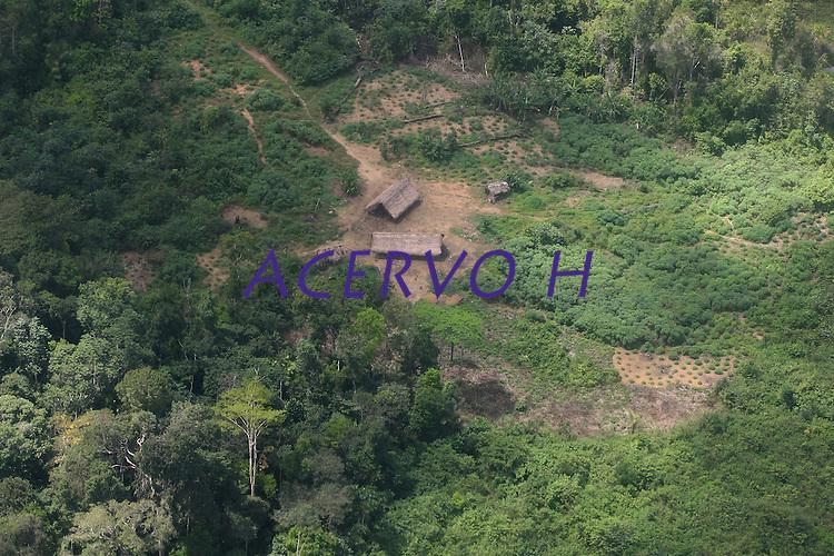 """Comunidade  dos índios Zoé's. <br /> Oriximiná, Pará, Brasil.<br /> Foto Beto Barata<br /> 06/2009<br /> <br /> Os Zo'é habitam uma faixa de terra firme, cortada por pequenos igarapés afluentes de dois grandes rios, o Cuminapanema e o Erepecuru, no município de Oriximiná, norte do Pará. Trata-se de uma região montanhosa de grandes castanhais, que apresenta maximização dos recursos de subsistência. Além da mandioca, que corresponde a cerca de 90% da área plantada da roça, a castanha-do-pará é o produto mais consumido pelos índios, que utilizam também a casca e a entrecasca para confeccionar a maioria de seus artefatos. O território ocupado pelos índios é entrecortado por pequenos igarapés, onde realizam pescarias com timbó. A relativa escassez de recursos faunísticos nessa zona de ocupação resulta do longo tempo de permanência das aldeias e, portanto, do esgotamento da caça. A área habitada corresponde à uma zona de """"refúgio"""", onde os Zo'é mantiveram-se isolados dos brancos, que conheciam através de contatos intermitentes há várias décadas, e de outros povos indígenas vizinhos, que consideram inimigos.<br /> Os Zo'é aceitaram a convivência pacífica com os brancos em 1987. Quatro anos depois, estima-se que tenham morrido 45 indivíduos por epidemias de malária e gripe. Em 1991, eram 133; seis anos depois, os Zo´é iniciam um processo de recuperação demográfica e a população cresce chegando a 152 pessoas."""