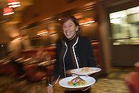 Europe/fFrance/Aquitaine/33/Gironde/Pauillac: Service au Restaurant Café Lavinal au hameau de Bages  [Non destiné à un usage publicitaire - Not intended for an advertising use]