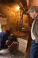 Europe/France/Aquitaine/24/Dordogne/Grand-Brassac: Moulin de Rochereuil  utilisé pour la fabrication de l'huile de noix - Après que les cerneaux de noix aient été broyés, ils sont chauffés dans une grande poële en fonte