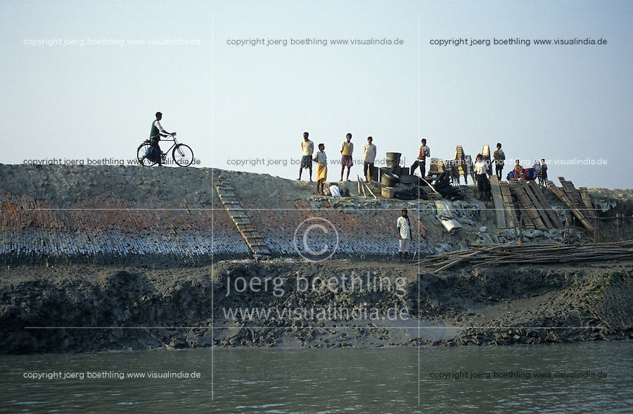 INDIA Westbengal, Sundarbans, dyke for flood protection in Ganga river delta / INDIEN Westbengalen, Deich als Hochwasserschutz im Ganges Flussdelta Sunderbans