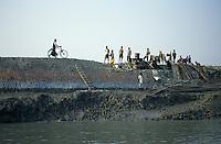 INDIA Westbengal, Sundarbans, dyke for flood protection in Ganga river delta / INDIEN Westbengalen, Deich als Hochwasserschutz im Ganges Flussdelta Sunderbans