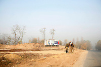A patrol of Indian soldiers looking for roadside bombs. Kashmir, India. © Fredrik Naumann/Felix Features
