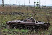 ANGOLA Panzerwrack aus dem Buergerkrieg 1975 - 2002 zwischen MPLA und UNITA bei Quibala, einige Landstriche sind immer noch vermint und lassen keine Landwirtschaft zu / Africa ANGOLA old soviet tank from civil war between MPLA and UNITA near Quibala, some areas have land mines and make agriculture impossible