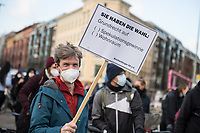 """Fahrraddemonstration zum Start der Unterschriftensammlung zum Volksbegehren """"Deutsche Wohnen & Co. enteignen"""" am Freitag den 26. Februar 2021 in Berlin.<br /> Zum Auftakt der Unterschriftensammlung fuer das angestrebte Volksbegehren zur Vergesellschaftung der Immobilienkonzerne wie Deutsche Wohnen fuhren die Demonstranten mit dem Rad durch Berlin zu verschiedenen Punkten an denen Unterschriften gesammelt wurden.<br /> Im Bild: Aktivisten lassen ein Banner an einem Haus der Deutsche Wohnen herab.<br /> 26.2.2021, Berlin<br /> Copyright: Christian-Ditsch.de"""