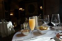Un flute contenente il cocktail Bellini all'interno dell'Harry's Bar in Via Veneto a Roma.<br /> A glass of Bellini cocktail at Harry's bar in Via Veneto, Rome, Italy.<br /> UPDATE IMAGES PRESS/Riccardo De Luca