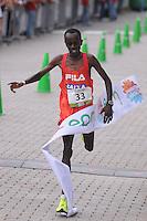 MEDELLÍN -COLOMBIA-08-09-2013. Edwin Kipsang Rotich ganador de la categoría de 21 km con un tiempo de 1:04:21. La Maratón de las Flores certamen deportivo de calle más importante de la ciudad y el pionero en el país, tuvo recorridos en las distancias de 42, 21, 10, 5 y 2 Kilómetros por las calles de Medellín./ Edwin Kipsang Rotich winner in the 21 km category with a time of 1:04:21. The Maraton de las Flores the most important sport event in the city and pioneer in the country had  different tours in the distances of 42, 21, 10, 5 and 2 kms on the streets of Medellin.  Photo:VizzorImage/Luis Ríos/STR