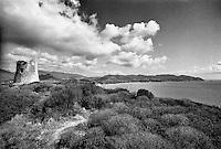 Capo Carbonara, Villasimius (Cagliari). Porto Giunco. Rudere di una torretta di avvistamento di epoca spagnola --- Cape Carbonara, Villasimius (Cagliari). Porto Giunco. Ruin of a Spanish era watchtower