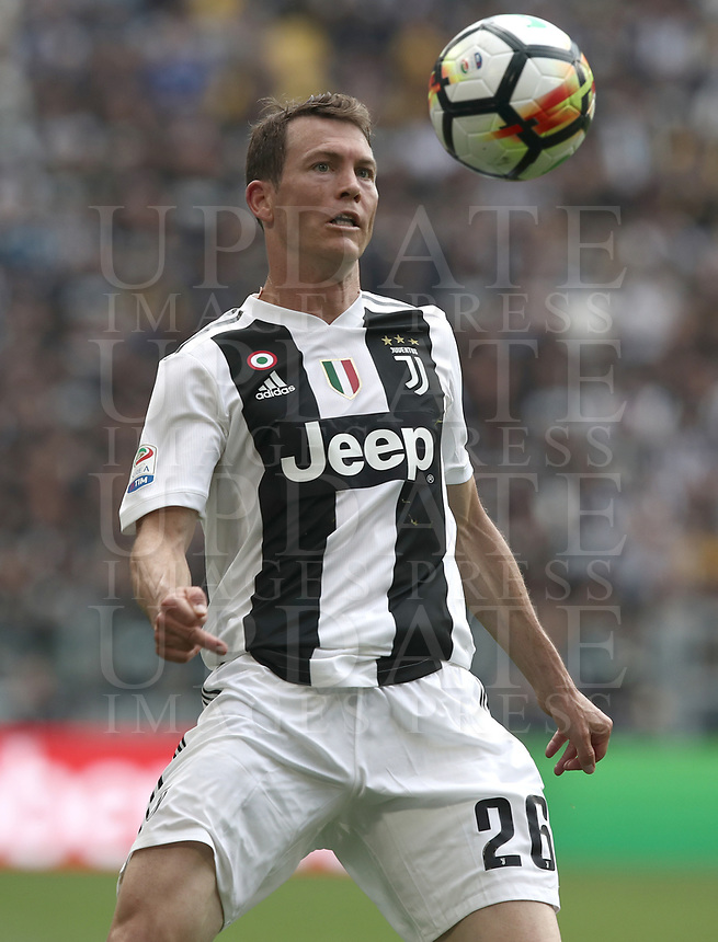 Calcio, Serie A: Juventus - Hellas Verona, Torino, Allianz Stadium, 19 maggio, 2018.<br /> Juventus' Stephan Lichtsteiner in action during the Italian Serie A football match between Juventus and Hellas Verona at Torino's Allianz stadium, 19 May, 2018.<br /> Juventus won their 34th Serie A title (scudetto) and seventh in succession.<br /> UPDATE IMAGES PRESS/Isabella Bonotto