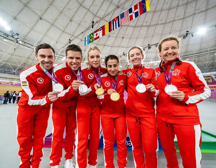 Team Canada - Lima 2019. Para Cyclisme // Paracyclisme. <br /> Cyclists and their guides show off their medals. From left, Andrew Davidson (Guide), Lowell Taylor, Meghan Lemiski (guide), Carly Shibley, Evelyne Gagnon (guide), Annie Bouchard // Les cyclistes et leurs guides montrent leurs médailles. De gauche, Andrew Davidson (Guide), Lowell Taylor, Meghan Lemiski (guide), Carly Shibley, Evelyne Gagnon (guide), Annie Bouchard. 26/08/2019.