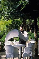 """Europe/France/Aquitaine/24/Dordogne/Les Bastides du Périgord/Trémolat: Relais et château """"Le Vieux Logis"""" - Le personnel dresse les tables de la terrasse (AUTO N°324)"""