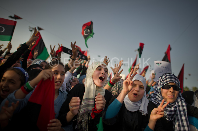 Remi OCHLIK/IP3 - Misrata : Libyans celebrate following the official declaration of liberation of the entire country in the city of Misrata on October 23, 2011.