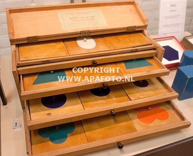 Zelhem 020410 Fa Nienhuis maakt Montesorilesmateriaal<br /> kastje met hulpmiddelen vormenleer in hert museum<br /> Foto Frans Ypma APA-foto