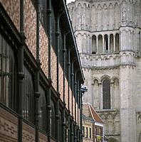 Europe/France/89/Bourgogne/Yonne/Sens: Le marché couvert et le clocher de la cathédrale saint Etienne