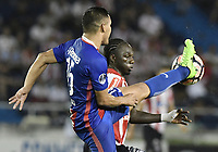 BARRANQUIILLA - COLOMBIA, 19-09-2017: Yimmi Chara (Der) del Atlético Junior de Colombia disputa el balón con Jorge Rojas (Izq) jugador de Cerro Porteño de Paraguay durante partido de vuelta por los octavos de final, llave 5, de la Copa CONMEBOL Sudamericana 2017  jugado en el estadio Metropolitano Roberto Meléndez de la ciudad de Barranquilla. / Yimmi Chara (R) player of Atlético Junior of Colombia struggles the ball with Jorge Rojas (L) player of Cerro Porteño of Paraguay during second leg match for the eight finals, key 5, of the Copa CONMEBOL Sudamericana 2017played at Metropolitano Roberto Melendez stadium in Barranquilla city.  Photo: VizzorImage / Gabriel Aponte / Staff