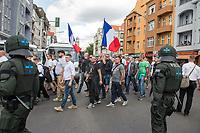 """Ueber 1.000 Rechtsextreme aus mehreren Bundeslaendern demonstrieren am Samstag den 19. August 2017 in Berlin zum Gedenken an den Hitler-Stellvertreter Rudolf Hess.<br /> Rudolf Hess hatte am 17. August 1987 im Alliierten Kriegsverbrechergefaengnis in Berlin Spandau Selbstmord begangen. Seitdem marschieren Rechtsextremisten am Wochenende nach dem Todestag mit sog. """"Hess-Maerschen"""".<br /> Weit ueber 1.000 Menschen protestierten gegen den Aufmarsch der Rechtsextremisten und stoppten den Hess-Marsch nach 300 Metern u.a. mit Sitzblockaden. Der rechtsextreme Aufmarsch wurde daraufhin von der Polizei umgeleitet.<br /> Aus dem Aufmarsch wurden mehrfach Gegendemonstranten angegriffen, mindestens ein Neonazi wurde festgenommen.<br /> Im Bild: Rechtsextreme mit Frankreichfahne. <br /> 19.8.2017, Berlin<br /> Copyright: Christian-Ditsch.de<br /> [Inhaltsveraendernde Manipulation des Fotos nur nach ausdruecklicher Genehmigung des Fotografen. Vereinbarungen ueber Abtretung von Persoenlichkeitsrechten/Model Release der abgebildeten Person/Personen liegen nicht vor. NO MODEL RELEASE! Nur fuer Redaktionelle Zwecke. Don't publish without copyright Christian-Ditsch.de, Veroeffentlichung nur mit Fotografennennung, sowie gegen Honorar, MwSt. und Beleg. Konto: I N G - D i B a, IBAN DE58500105175400192269, BIC INGDDEFFXXX, Kontakt: post@christian-ditsch.de<br /> Bei der Bearbeitung der Dateiinformationen darf die Urheberkennzeichnung in den EXIF- und  IPTC-Daten nicht entfernt werden, diese sind in digitalen Medien nach §95c UrhG rechtlich geschuetzt. Der Urhebervermerk wird gemaess §13 UrhG verlangt.]"""