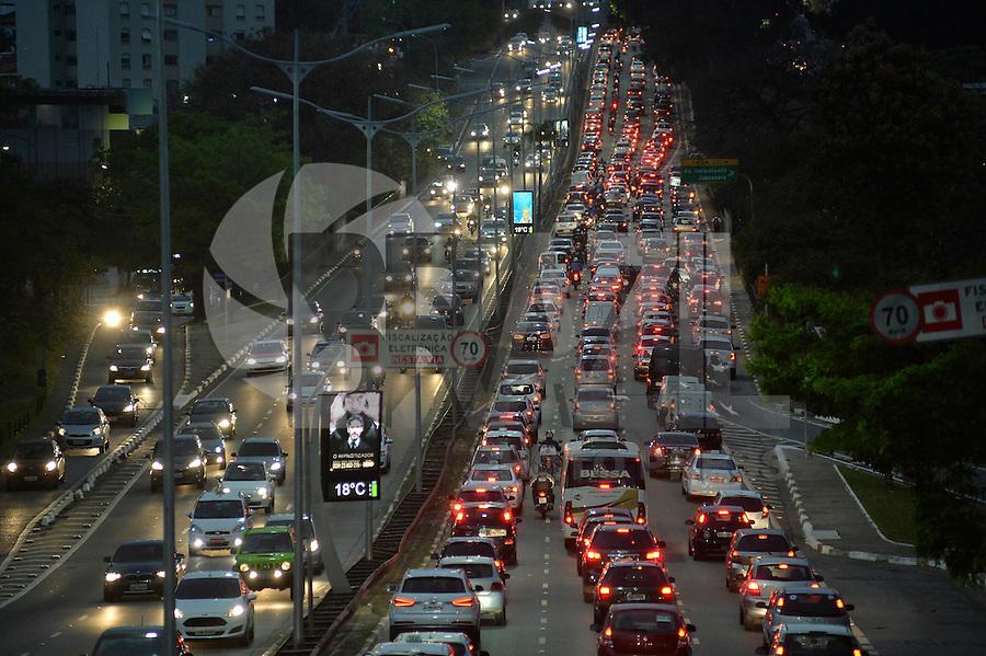 SÃO PAULO, SP, 20.08.2015 – TRÂNSITO-SP: Trânsito na Av. Rubem Berta, zona sul de São Paulo na tarde desta quinta-feira, 20. (Foto: Levi Bianco/Brazil Photo Press)