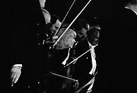 Le 14 juin 1973. Vue de Claude Manlay qui dirige l'Orchestre Auriacombe lors d'un concert. Observation: Premier concert de Claude Manlay, femme chef d'orchestre, avec l'orchestre de chambre Louis Auriacombe.
