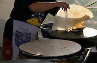 Europe/France/Bretagne/56/Morbihan/Gourin : Cuisson des crêpes lors de la fête de la crêpe
