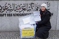 Mitglieder der Menschenrechtsorganisation Amnesty International, Mitglieder der Partei Buendnis 90/Die Gruenen und der Journalistenorganisation Reporter ohne Grenzen fordert am Donnerstag den 22. Januar 2015 vor der Saudiarabischen Botschaft Freiheit fuer den Blogger Raif Badawi. Der Blogger war von einem saudischen Gericht zu 1.000 Stockschlaegen verurteilt worden, weil er angeblich religioese Gefuehle verletzt haben soll.<br /> 50 Stockschlaege hatte Badawi bereits erhalten, worauf nach einer aerztlichen Untersuchung festgestellt wurde, dass er auf Grund seiner Verletzungen bis Freitag 23. Januar keine weiteren Stockschlaege mehr bekommen koenne. Weitere 50 Stockschlaege die für den 23. Januar angesetzt waren, wurden am 22. Januar wieder aus medizinischen Gruenden verschoben.<br /> Gegen die Entscheidung des Gerichts haben weltweit Menschen protestiert, so auch am Donnerstag den 22. Januar 2015.<br /> Im Bild: Selmin Caliskan, Generalsekretaerin von Amnesty mit Deutschland mit tausende Unterschriften gegen die Folterstrafe vor der Saudischen Botschaft.<br /> 25.1.2015, Berlin<br /> Copyright: Christian-Ditsch.de<br /> [Inhaltsveraendernde Manipulation des Fotos nur nach ausdruecklicher Genehmigung des Fotografen. Vereinbarungen ueber Abtretung von Persoenlichkeitsrechten/Model Release der abgebildeten Person/Personen liegen nicht vor. NO MODEL RELEASE! Nur fuer Redaktionelle Zwecke. Don't publish without copyright Christian-Ditsch.de, Veroeffentlichung nur mit Fotografennennung, sowie gegen Honorar, MwSt. und Beleg. Konto: I N G - D i B a, IBAN DE58500105175400192269, BIC INGDDEFFXXX, Kontakt: post@christian-ditsch.de<br /> Bei der Bearbeitung der Dateiinformationen darf die Urheberkennzeichnung in den EXIF- und  IPTC-Daten nicht entfernt werden, diese sind in digitalen Medien nach §95c UrhG rechtlich geschuetzt. Der Urhebervermerk wird gemaess §13 UrhG verlangt.]