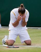 29-06-12, England, London, Tennis , Wimbledon, Xavier Malisse  defeats Fernando Verdasco and goes on his knees