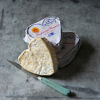 France, Seine-Maritime (76), Neufchâtel-en-Bray : Le Neufchâtel est un fromage fabriqué dans le Pays de Bray, La forme emblématique du Neufchâtel est le cœur // : France, Seine Maritime, Neufchâtel-en-Bray , Neufchâtel is a soft, slightly crumbly, mould-ripened cheese made in the French region of Normandy. - Stylisme : Valérie LHOMME