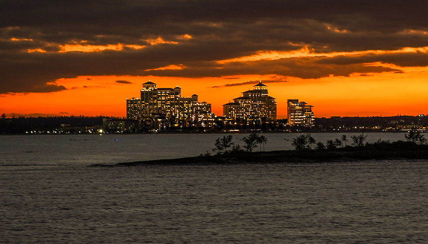Hafen von Nassau, Bahamas im Sonnenuntergang - 26.01.2020: Nassau