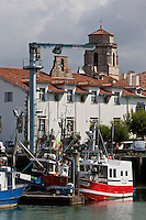 Europe/France/Aquitaine/64/Pyrénées-Atlantiques/Pays-Basque/Saint-Jean-de-Luz: Le Port de Pêche , et  l'église Saint-Jean-Baptiste