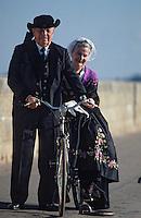 Europe/France/Bretagne/56/Morbihan/Presqu'île de Rhuys/Port Navalo: Couple en costume traditionnel breton [Non destiné à un usage publicitaire - Not intended for an advertising use]