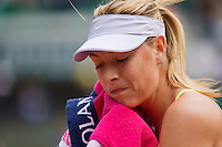 01-06-13, Tennis, France, Paris, Roland Garros,  Maria Sharapova drying her face