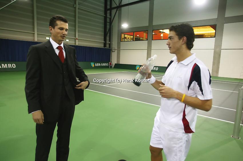 16-12-2004,Amsterdam,ABNAMRO jeugd kwalificatie toernooi, toernooidiorecteur Richard Krajicek praat na afloop van de finale met de winnaar Jesse Huta Galung