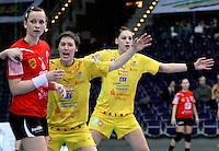 Im Viertelfinale des DHB-Pokals traf der HCL am 9.3. 2011 in der Leipziger Arena auf den Frankfurter HC. Im Bild: Lautstarke Arbeit am Kreis: Anne M¸ller und Luisa Schulze (von links, in gelb).  Foto: Ines Christ