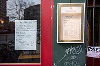Aufgrund einer Anordnung des Berliner Senat muessen seit dem 13. Maerz 2020 Bars, Clubs und Kneipen geschlossen bleiben um die Ausbreitung des Corona-Virus zu verlangsamen.<br /> Am Tag nach der Anordnung zeigt sich in der Stadt ein gemischtes Bild. Einige Cafes hielten sich an die Anordnung und hatten geschlossen viele Cafes nicht.<br /> Im Bild: Ein Hinweisschild an einem geschlossenen Cafe in Berlin-Kreuzberg.<br /> 15.3.2020, Berlin<br /> Copyright: Christian-Ditsch.de<br /> [NUR FUER REDAKTIONELLE ZWECKE! Werbung nur auf Anfrage beim Fotografen. Inhaltsveraendernde Manipulation des Fotos nur nach ausdruecklicher Genehmigung des Fotografen. Vereinbarungen ueber Abtretung von Persoenlichkeitsrechten/Model Release der abgebildeten Person/Personen liegen nicht vor. NO MODEL RELEASE! Don't publish without copyright Christian-Ditsch.de, Veroeffentlichung nur mit Fotografennennung, sowie gegen Honorar, MwSt. und Beleg. Konto: I N G - D i B a, IBAN DE58500105175400192269, BIC INGDDEFFXXX, Kontakt: post@christian-ditsch.de<br /> Bei der Bearbeitung der Dateiinformationen darf die Urheberkennzeichnung in den EXIF- und  IPTC-Daten nicht entfernt werden, diese sind in digitalen Medien nach §95c UrhG rechtlich geschuetzt. Der Urhebervermerk wird gemaess §13 UrhG verlangt.]