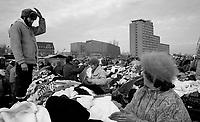 BERLINO / GERMANIA - 20 NOVEMBRE 1989.TURKENMARKT, MERCATO ALL'APERTO GESTITO DA TURCHI CHE VENDEVANO MERCI DI OGNI TIPO SPECIALMENTE A COMPRATORI CHE VENIVANO DA PAESI DELL'EST. .FOTO LIVIO SENIGALLIESI..BERLIN / GERMANY - 20 NOVEMBER 1989.TURKISH MARKET IN BERLIN DISTRICT KREUZBERG. .PHOTO BY LIVIO SENIGALLIESI