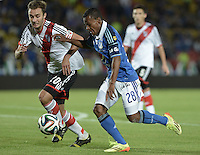BOGOTÁ -COLOMBIA, 16-07-2014. Alex Diaz (Der) jugador de Millonarios (COL) disputa un balón con German Pezella (Izq) jugador de River Plate (ARG) durante partido en homenaje al fallecido futbolista argentino Alfredo Di Stéfano jugado en el estadio Nemesio Camacho El Campín de la ciudad de Bogotá./ Alex Diaz (R) player of Millonarios (COL) fights for the ball with German Pezella (L) player of River Plate (ARG) during match in honor of the deceased argentinean soccer player Alfredo Di Stefano played at Nemesio Camacho El Campin stadium in Bogotá city. Photo: VizzorImage/ Gabriel Aponte / Staff