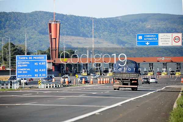 OSORIO, RS, 17/08/2020 - PEDAGIO - FREEWAY - A praça de pedágio tem cobrança  agora para ambos os sentidos de Porto Alegre ao litoral norte, aos motoristas que circulam pela BR-290 (Freeway),  sob a gestão da CCR Via Sul, no km 19, em Osório, região metropolitana da capital gaúcha, nesta segunda-feira (17).