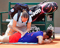 29-05-12, France, Paris, Tennis, Roland Garros,   Jamie Hampton gets treatment by fysio