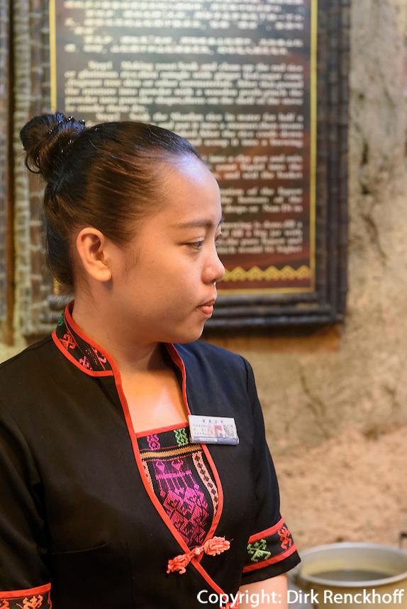 Im Dorf Binlang der Minderheiten der Li und Miao bei Sanya auf der Insel Hainan, China<br /> Village Binlang of Li and Miao minorities near Sanya, Hainan island, China