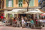 Principality of Monaco, on the French Riviera (Côte d'Azur), district La Condamine: cafe scene at old town | Fuerstentum Monaco, an der Côte d'Azur, Stadtteil La Condamine: Cafeszene in der Altstadt