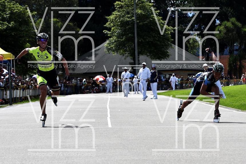 BOGOTA - COLOMBIA - 29-01-2017: Andres Jimenez, patinador de la  Universidad de Cartagena de Bolivar gana medalla de oro en la prueba 100 metros, Mayores Varones, en la IV Valida Nacional Interclubes de Carreras 2017 en el Patinodromo El Salitre de la ciudad de Bogota. /  Andres Jimenez, skater of Universidad de Cartagena of Bolivar wins  gold medal in the 100 Meters test, as part of the IV Interclubs National Valid of Speed Race 2017 at El Salitre Patinodromo in Bogota city Photo: VizzorImage / Luis Ramirez / Staff.
