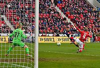 03.02.2018,  Football 1.Liga 2017/2018, 21. match day, 1.FSV Mainz - FC Bayern Muenchen, in Opel-Arena Mainz. James Rodriguez (FC Bayern Muenchen)   0:2  -  goalkeeper Robin Zentner (FSV Mainz 05). *** Local Caption *** © pixathlon<br /> <br /> +++ NED + SUI out !!! +++