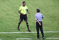 CALI - COLOMBIA, 13-07-2021: Jose Argote Vega (VEN), árbitro, llama la atención a Juan C Osorio técnico del América durante partido por los octavos de final de la Copa CONMEBOL Sudamericana 2021 entre América de Cali de Colombia y Club Athletico Paranaense de Brasil jugado en el estadio Hernan Ramirez Villegas de la ciudad de Pereira. / Jose Argote Vega (VEN), referee, calls out Juan C Osorio, coach of America during the match for the round of 16 as part of Copa CONMEBOL Sudamericana 2021 between America de Cali of Colombia and Club Athletico Paranaense of Brazil played at Hernan Ramirez Villegas stadium in Pereira. Photo: VizzorImage / Pablo Bohorquez / Cont